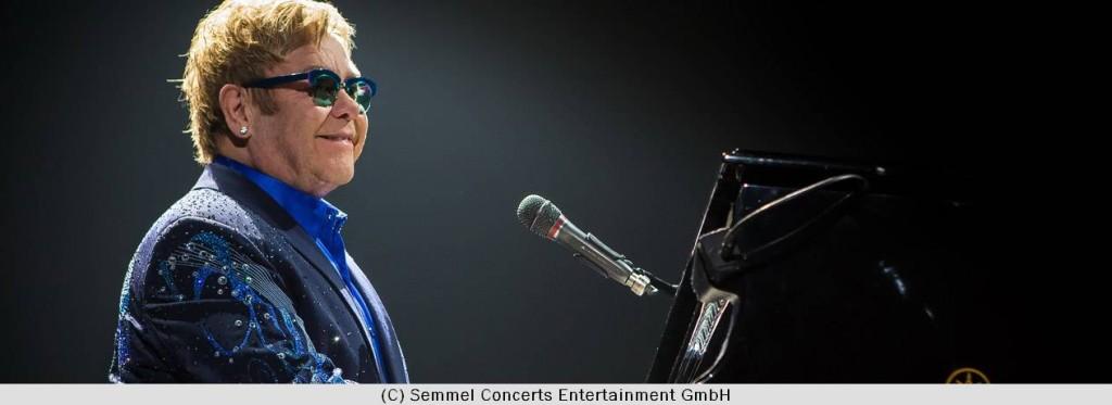 Elton John am Klavier im Konzert