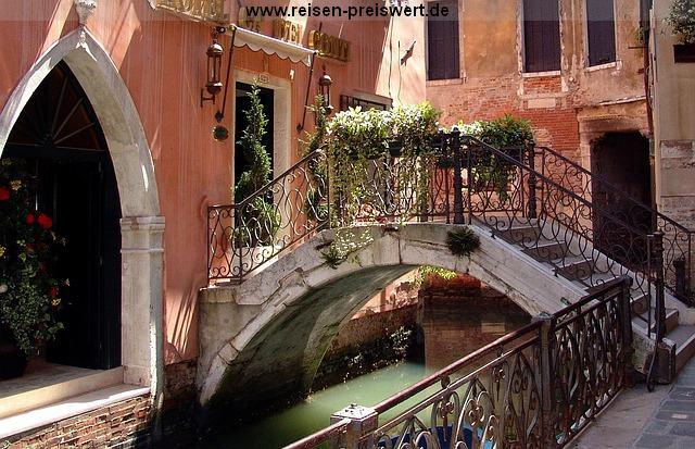 Kleine romantsiche Brücke in Venedig