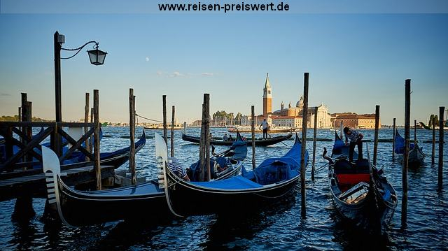 Gondeln in Venedig mit Blick auf den Markusdom