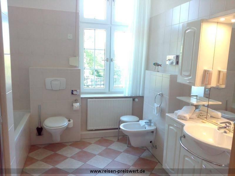 großes Badezimmer im Hotel Badehof Bad Salzschlirf