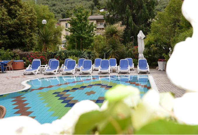 Pool des Hotel Royal in Riva del Garda