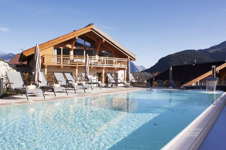 Außenbereich mit Pool St. Peter Hotel & Chalets