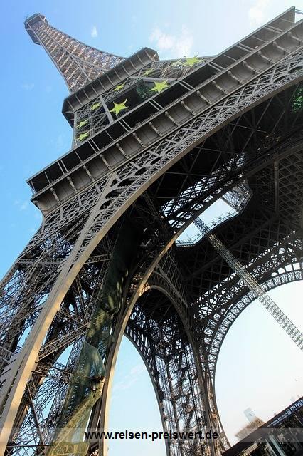 Eiffelturm und Hotel in Paris Frankreich im Deal