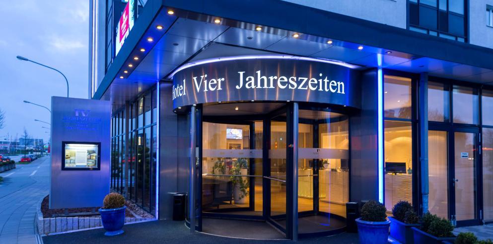 Eingang des Hotel Vier Jahreszeiten