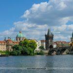 Die Moldau in Prag mit Blick auf die Karlsbrücke