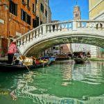 Mit der Gondel auf dem Kanal in Venedig fahren