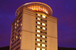 Das City Hotel Suhl in Thüringen Aussenansicht bei Nacht